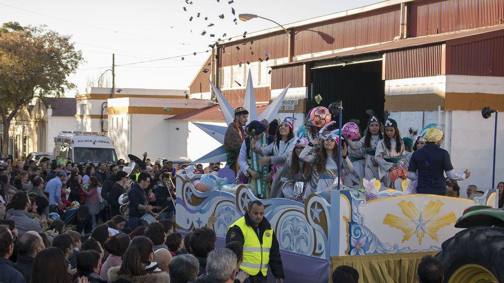 Polvorones, lomo ibérico y bombones: las cabalgatas más golosas están en Andalucía