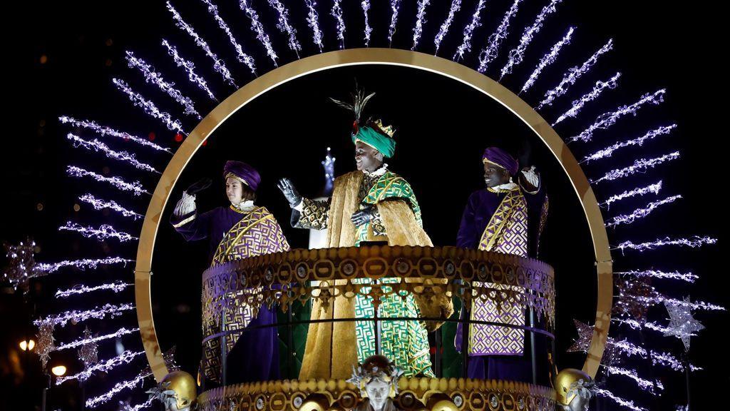 El Rey Baltasar saluda desde su carroza durante la tradicional Cabalgata de los Reyes Magos de Oriente que recorre hoy domingo las calles de Madrid