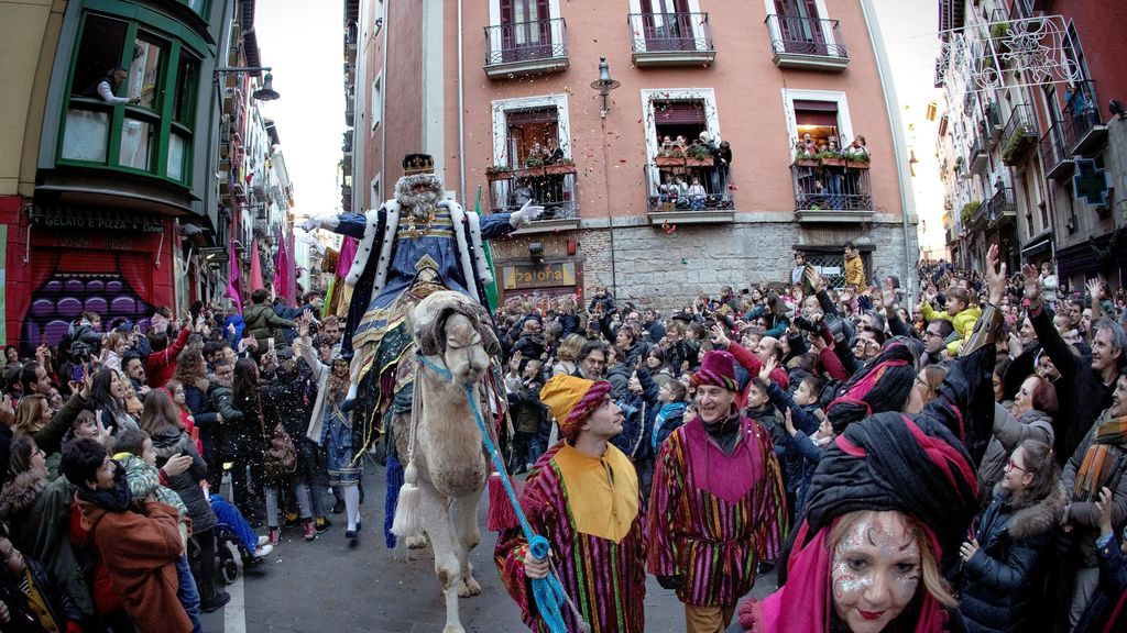 El Rey Melchor montado en su dromedario hace su entrada a Pamplona