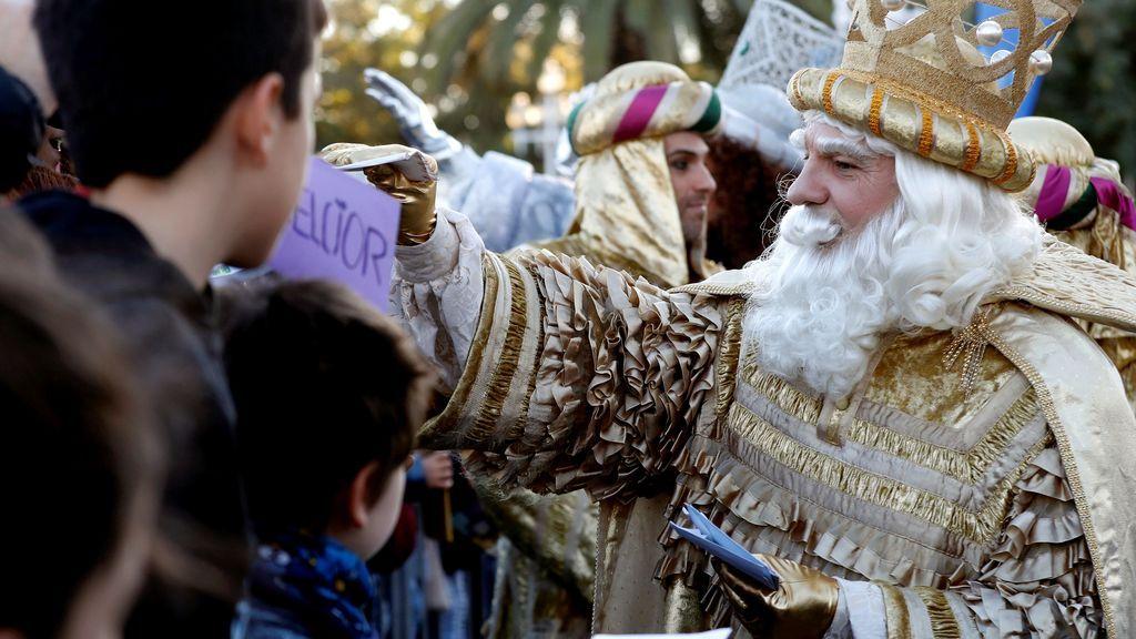 El rey Melchor recoge las cartas de los niños que esperan la llegada de los Reyes Magos en Barcelona