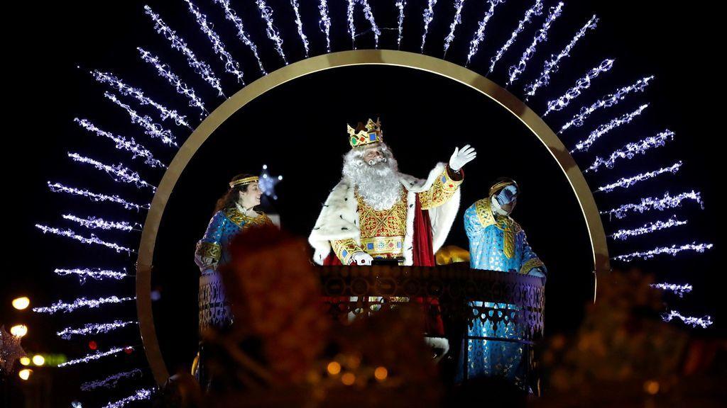 Los Reyes Magos llegan cargados de ilusión a España, en imágenes