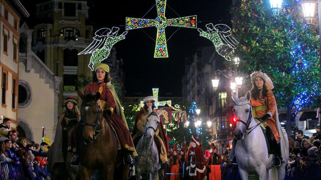 Oviedo celebro su tradicional Cabalgata de Reyes que recorrió las principales calles del centro de la ciudad