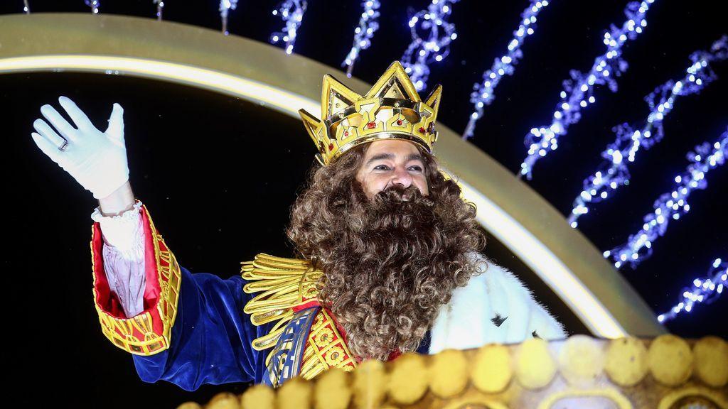 El Rey Gaspar saluda desde su carroza durante la tradicional Cabalgata de los Reyes Magos