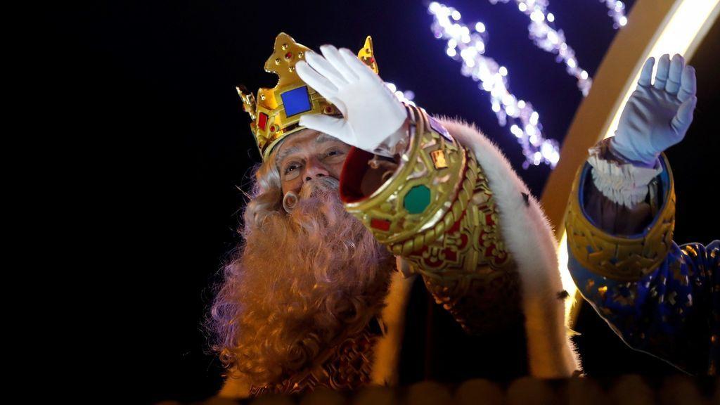 El Rey Melchor saluda desde su carroza durante la tradicional Cabalgata de los Reyes Magos de Oriente