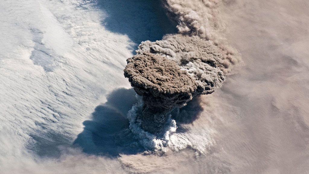 Una gran columna de ceniza volcánica y gas se eleva sobre las Islas Kuriles en el norte del Océano Pacífico tras varias erupciones inesperadas desde el Volcán Raikoke (Rusia)