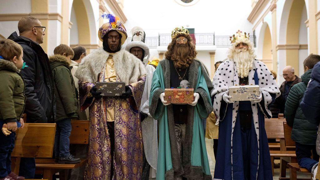Los Reyes Magos efectúan la tradicional ofrenda de oro, incienso y mirra durante la Cabalgata de Reyes en Mallorca