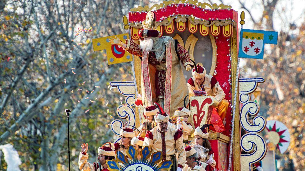 El rey Melchor en su carroza durante la cabalgata de los Reyes Magos en Sevilla