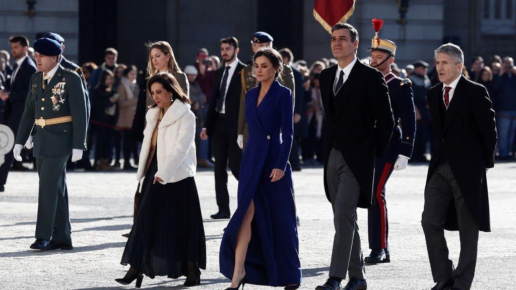La Reina Letizia deslumbra en la Pascua Militar con un sencillo vestido azul y joyas reales