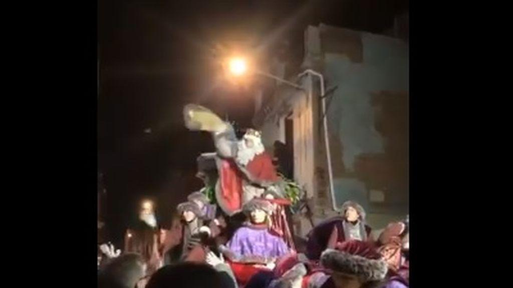 El Rey Melchor pierdes los nervios y ataca con caramelos al público de la cabalgata de Tarrasa