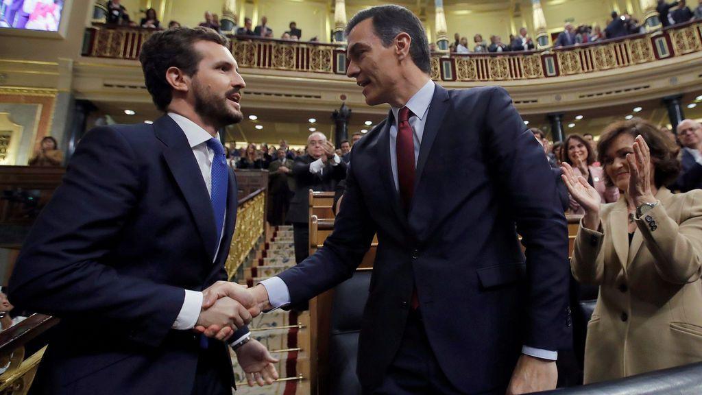 El momento en que Casado da la mano a Sánchez tras quedar investido presidente