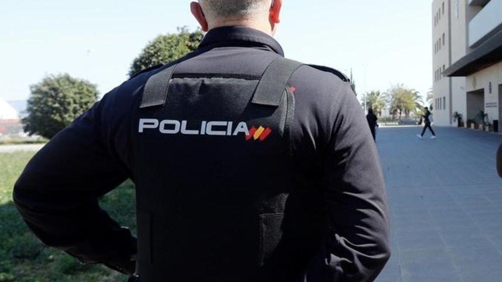 La Policía auxilia a un anciano en su casa de Fuengirola tras recibir un aviso desde Manchester