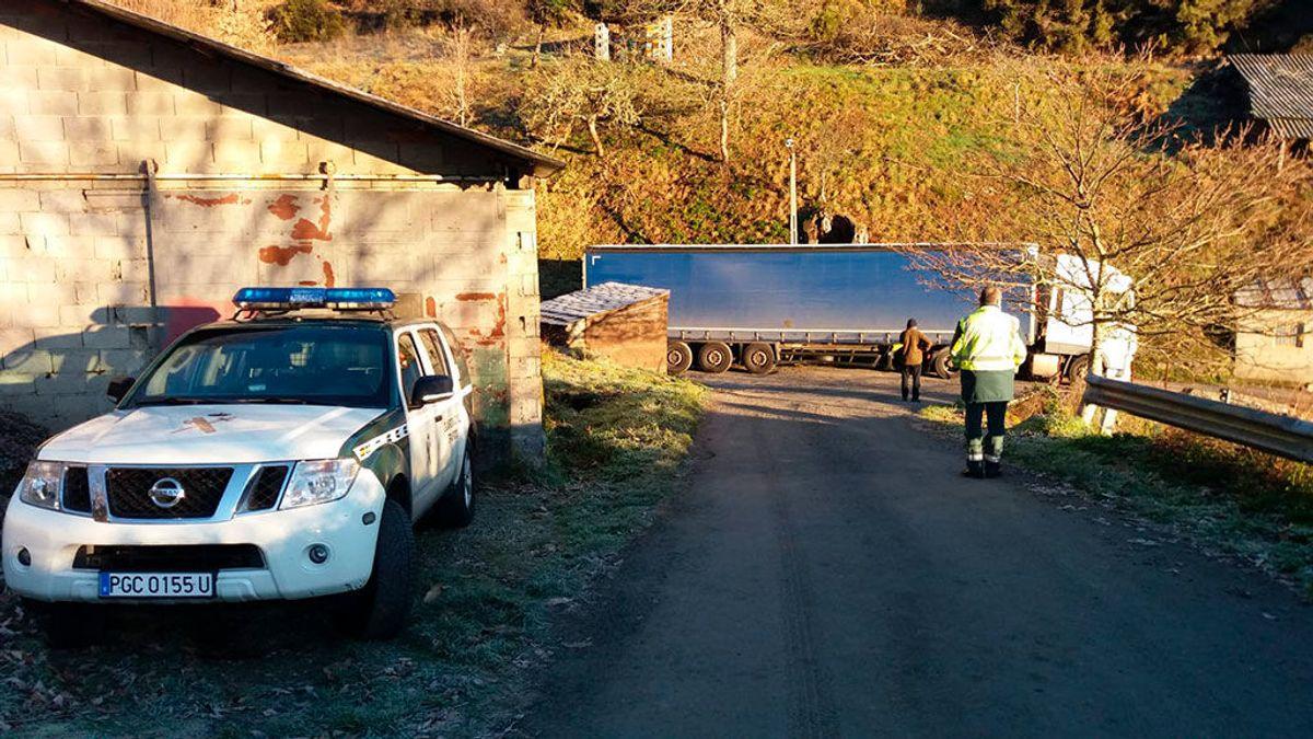 El GPS deja atrapado a un camión de 24 toneladas en una carretera de Ourense