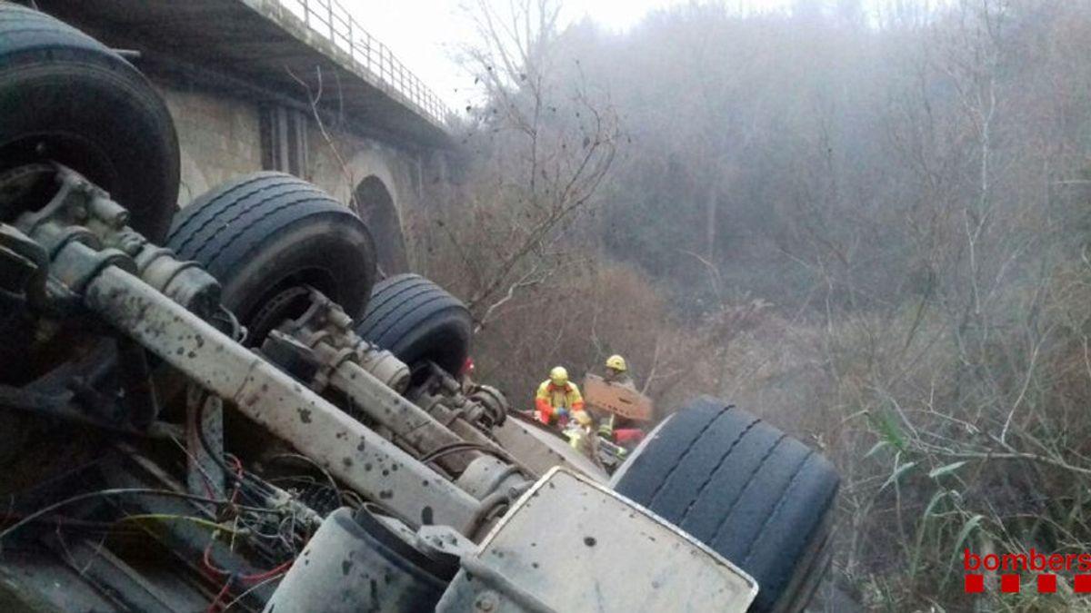Un camionero que transportaba 200 cerdos cae al río en Albesa