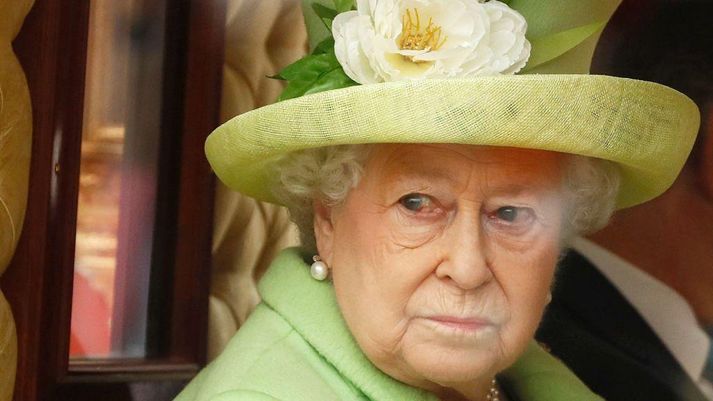 """La familia real británica, """"herida y decepcionada"""" por la renuncia de Harry y Meghan"""