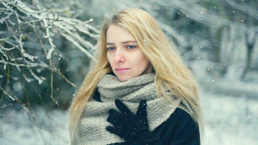 La falta de sol, el trabajo o la soledad: lo que más triste pone a una persona en invierno dice mucho de ella