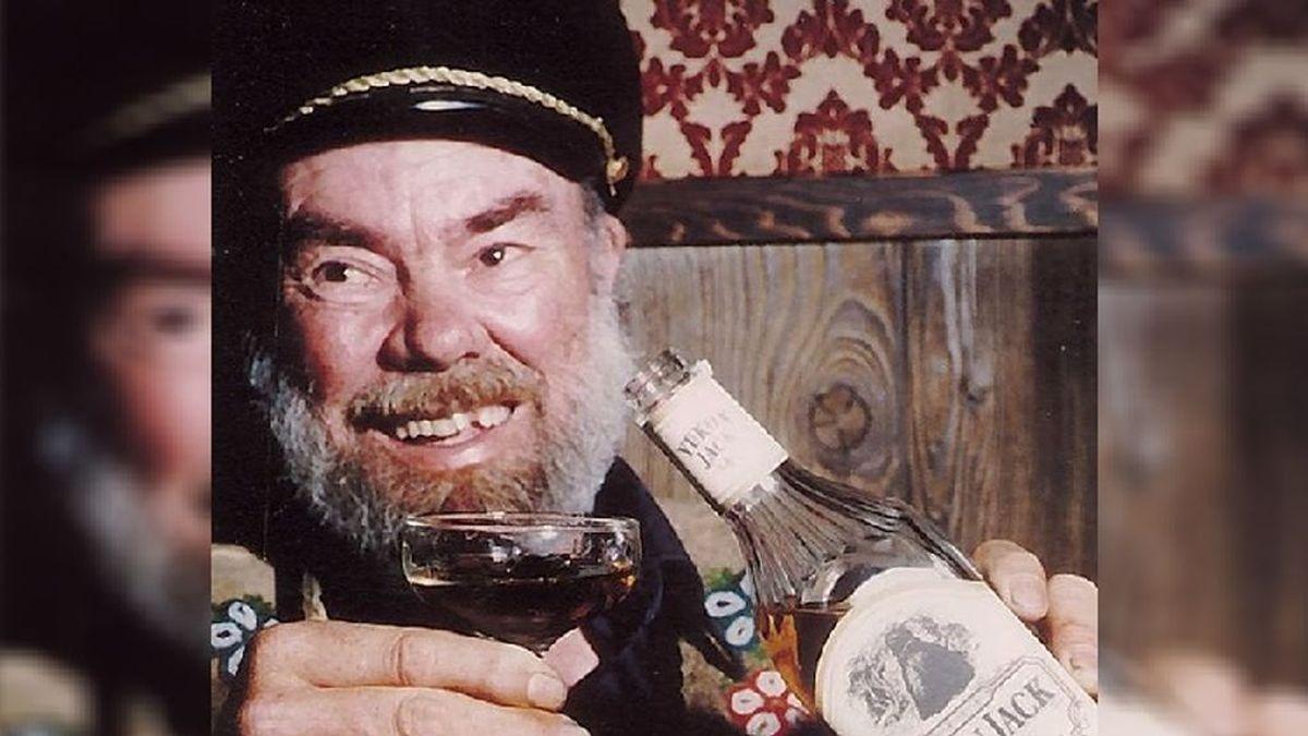 """El """"Cóctel Sourtoe"""" se bebe con 1 dedo momificado flotando: su creador murió y donó el suyo para más bebidas"""