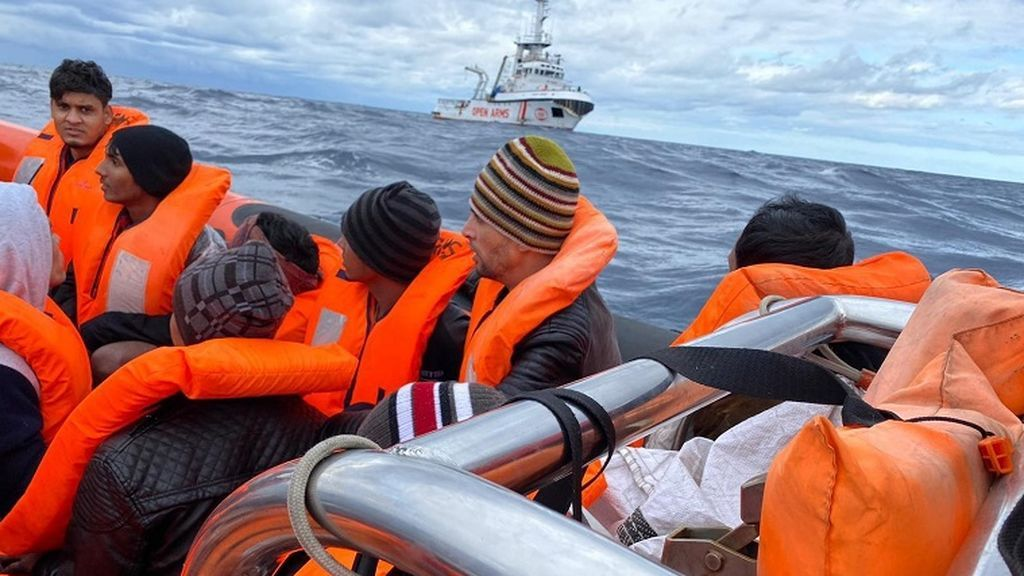 El Open Arms recata a dos embarcaciones con 118 personas en el mediterráneo