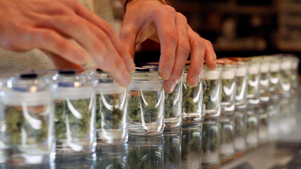 Horas de espera a temperaturas bajo cero para hacer la primera compra legal de marihuana en Illinois, EE.UU.