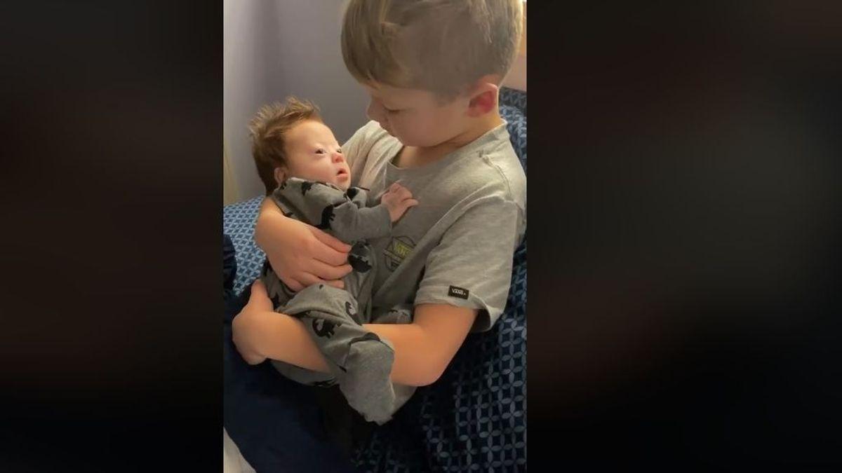 La emotiva canción de un niño a su hermano recién nacido con síndrome de Down