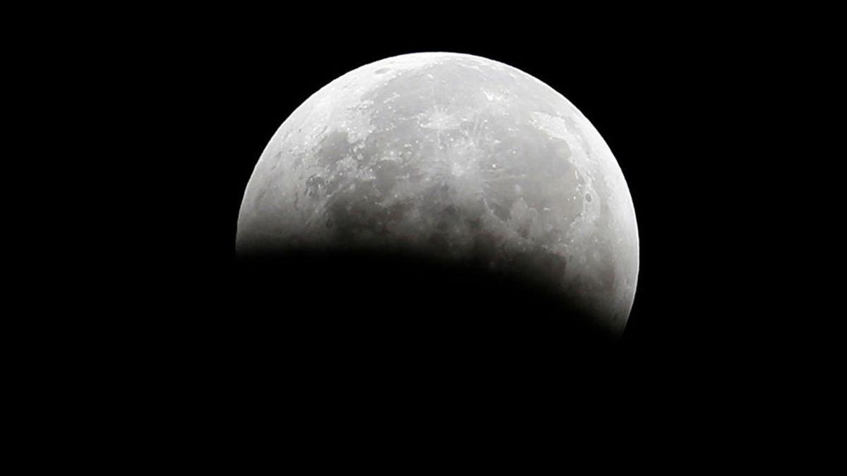Una fotografía compuesta por 100.000 instantáneas refleja al detalle la superficie lunar