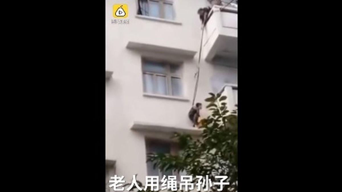 Una abuela descuelga a su nieto de siete años desde un quinto piso para rescatar a un gato