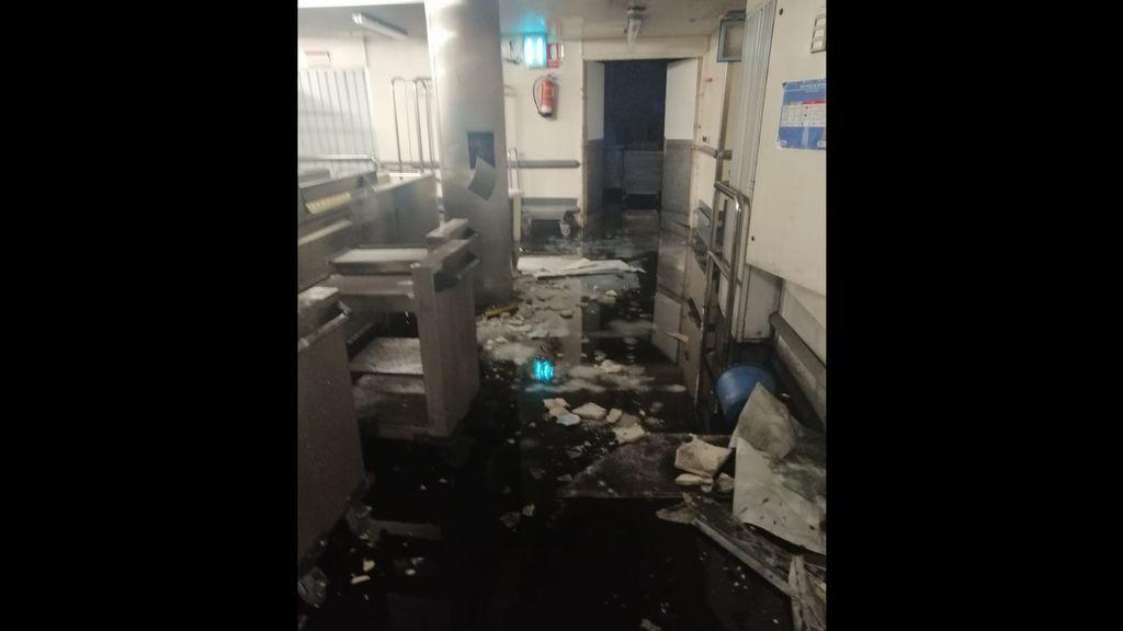 El techo de la cocina del Hospital del Gregorio Marañón de Madrid cae sobre el lavavajillas y lo inutiliza