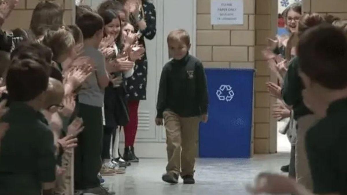 John, un niño de seis años logra superar un cáncer y sus compañeros de colegio le reciben con una ovación