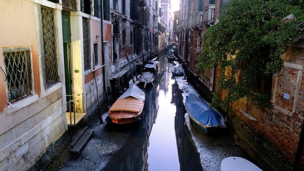 Vista general de un canal con barcos durante una marea baja excepcional