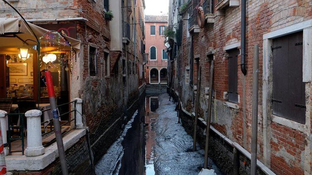 Una vista general de un canal durante una marea baja excepcional