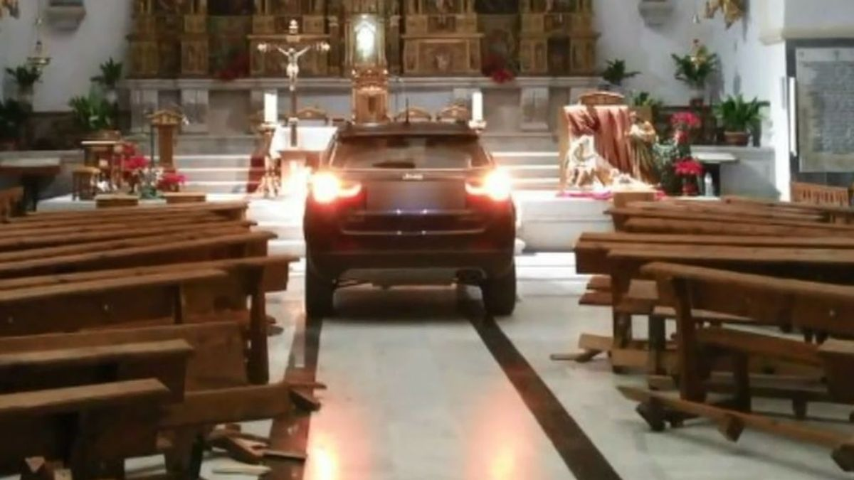 La familia del joven que empotró su coche contra la iglesia de Sonseca pide disculpas y se hará cargo de los daños