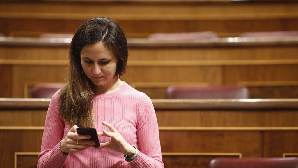 EuropaPress_1808523_La_portavoz_de_Unidos_Podemos_en_el_Congreso_de_los_Diputados_Ione_Belarra_consulta_su_móvil_antes_del_comienzo_de_la_sesión_de_control_