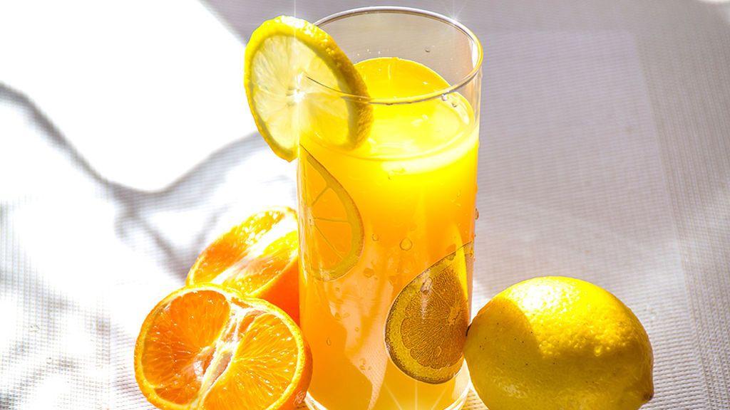 La OCU desmiente: la vitamina C de la naranja no se pierde al exprimirla