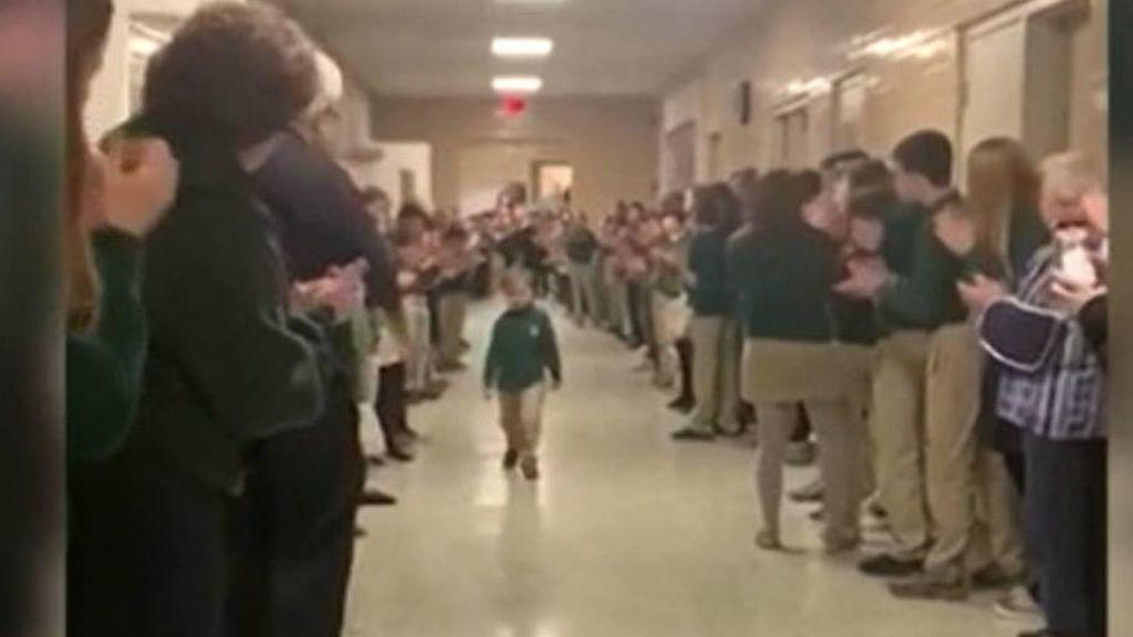 Un niño de seis años recibe con una gran ovación en su colegio tras vencer al cáncer