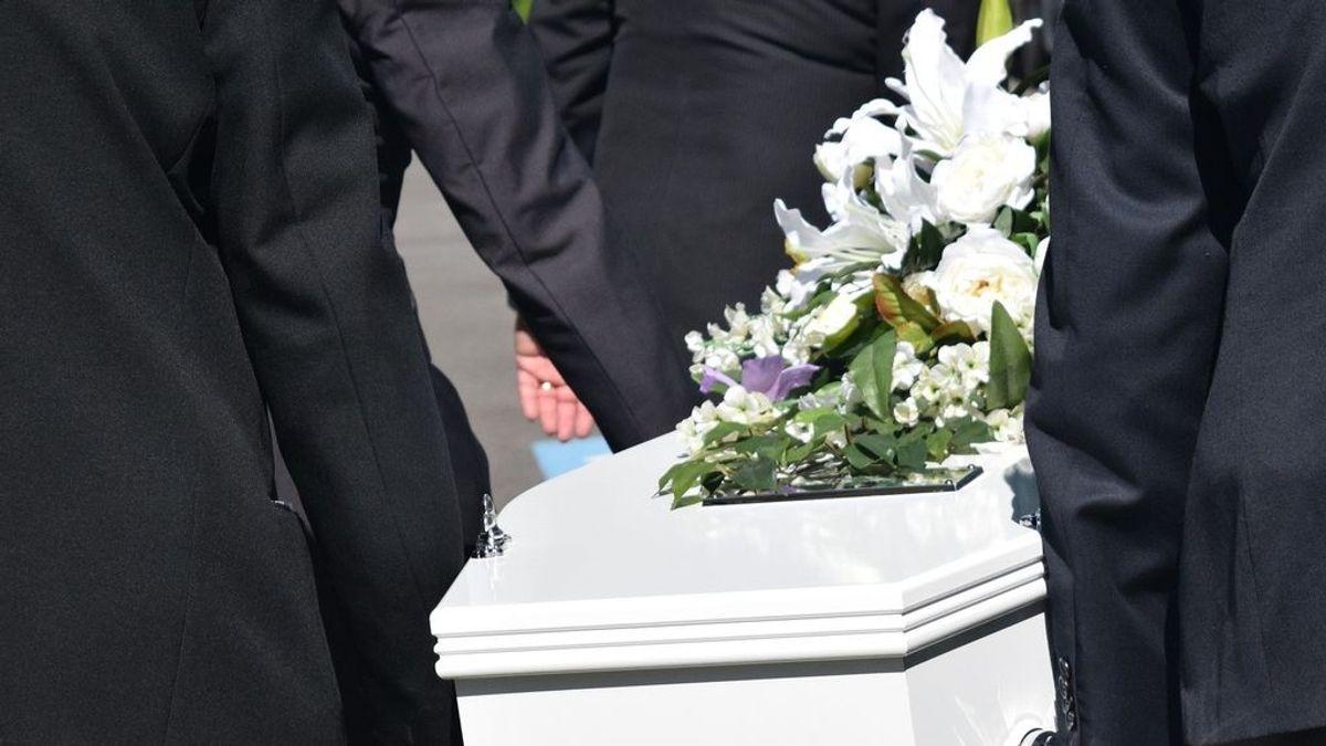 Una mujer, declarada muerta, despierta en su propio funeral