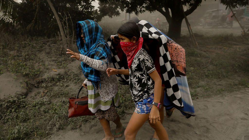 """El volcán Taal de Filipinas comienza a escupir fuentes de lava ante una """"inminente erupción peligrosa"""""""