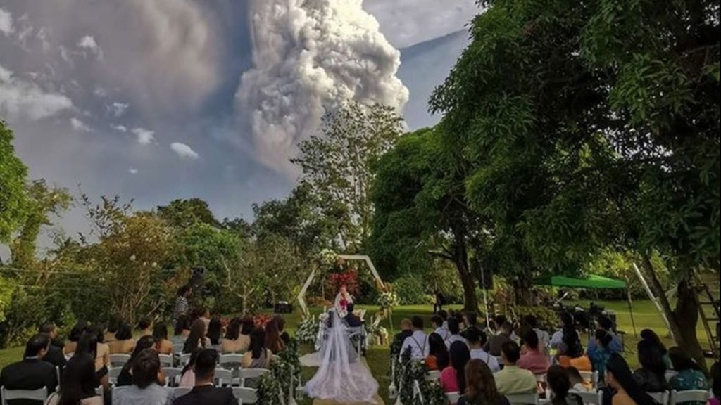 Una pareja continúa con su boda a pesar de la erupción de un volcán en Filipinas