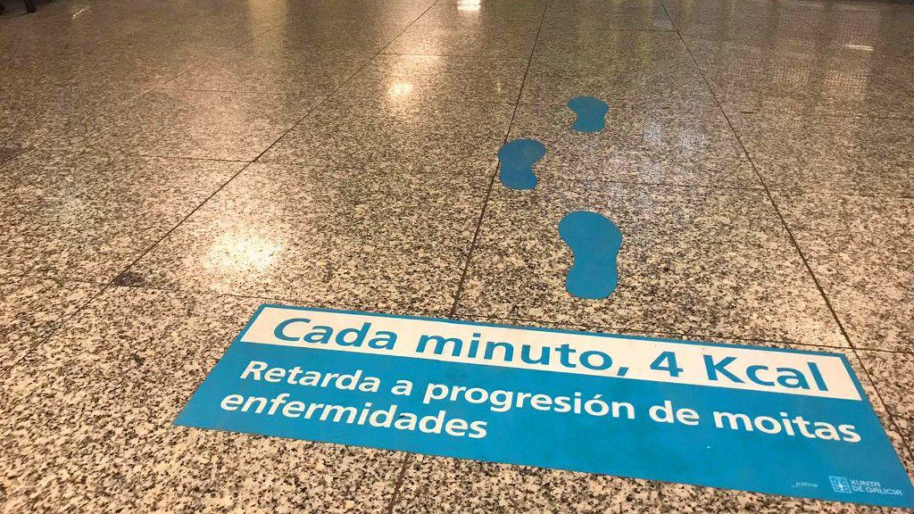 Este es uno de los mensajes que se pueden leer en el suelo del hospital de Pontevedra