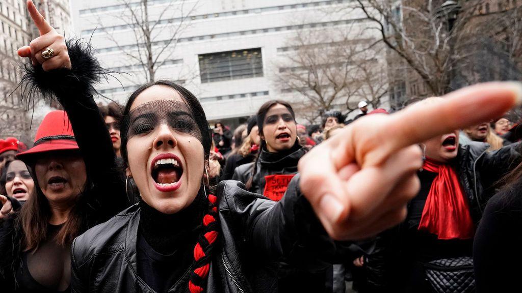 Manifestantes hacen ´flash mob´ a las puertas de la Corte donde se celebra el juicio Contra Harvey Weinstein