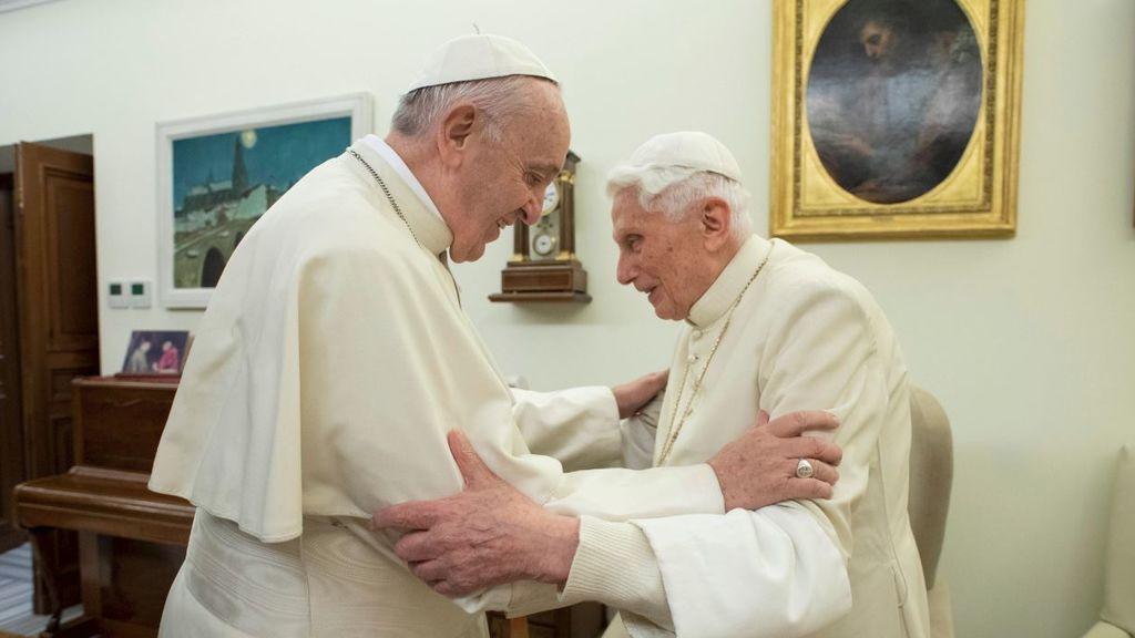 """Benedicto se alía con los conservadores para atacar a Francisco: """"No al fin del celibato en la Iglesia"""""""