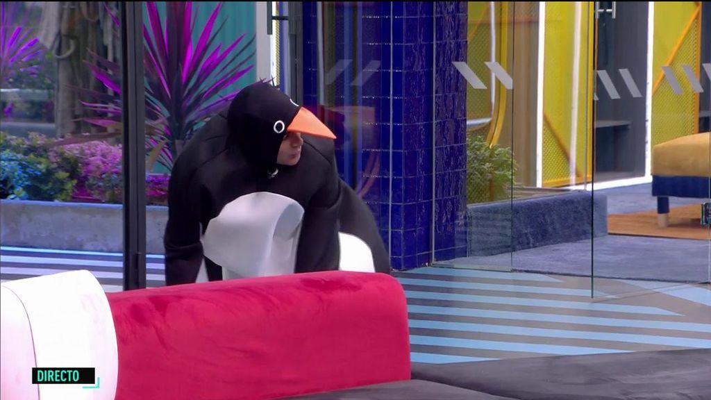 La aparatosa caída de Dinio en 'El tiempo del descuento' disfrazado de pingüino
