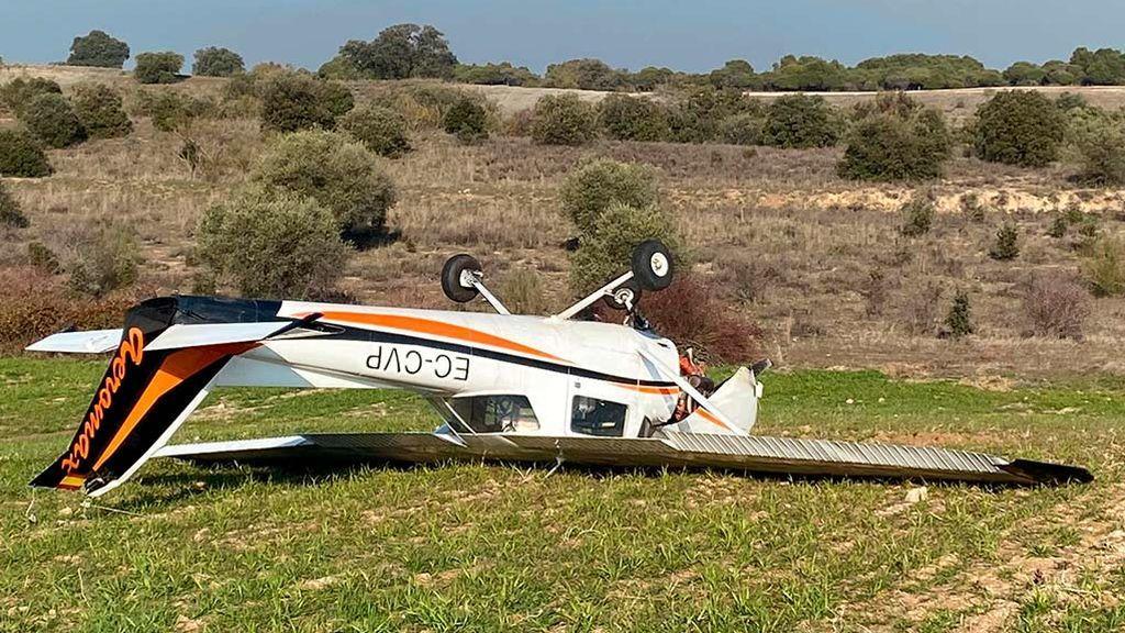 Herido un instructor y su alumna tras el aterrizaje forzoso de una avioneta en Sevilla la Nueva