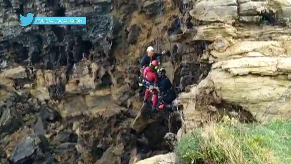 El angustioso rescate de hombre en un acantilado de Gijón