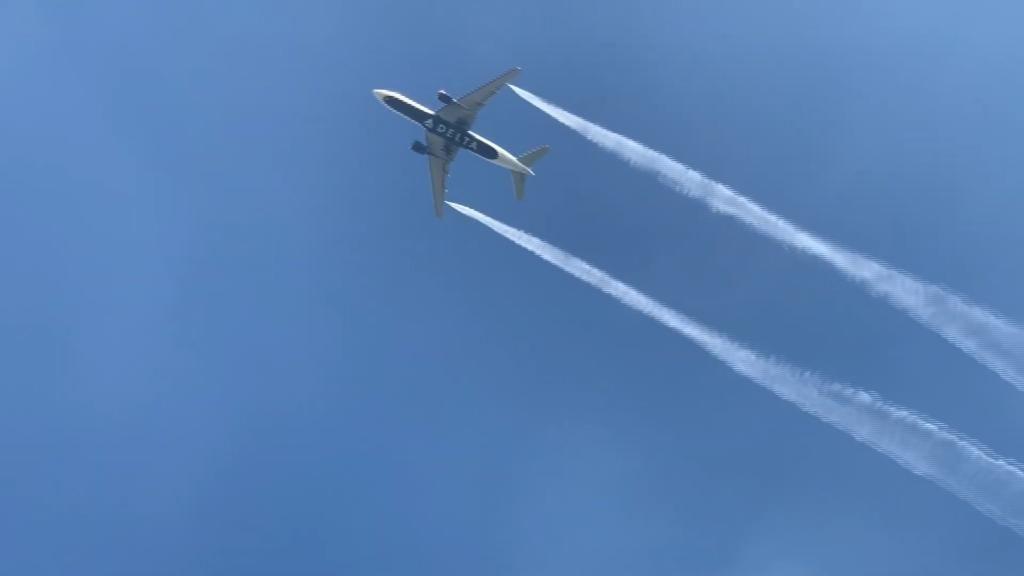 Un avión suelta combustible sobre un colegio en un aterrizaje de emergencia en EEUU