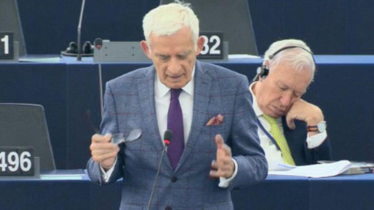 La cabezada de Margallo en el Parlamento Europeo se hace viral: se ha marcado un Villalobos