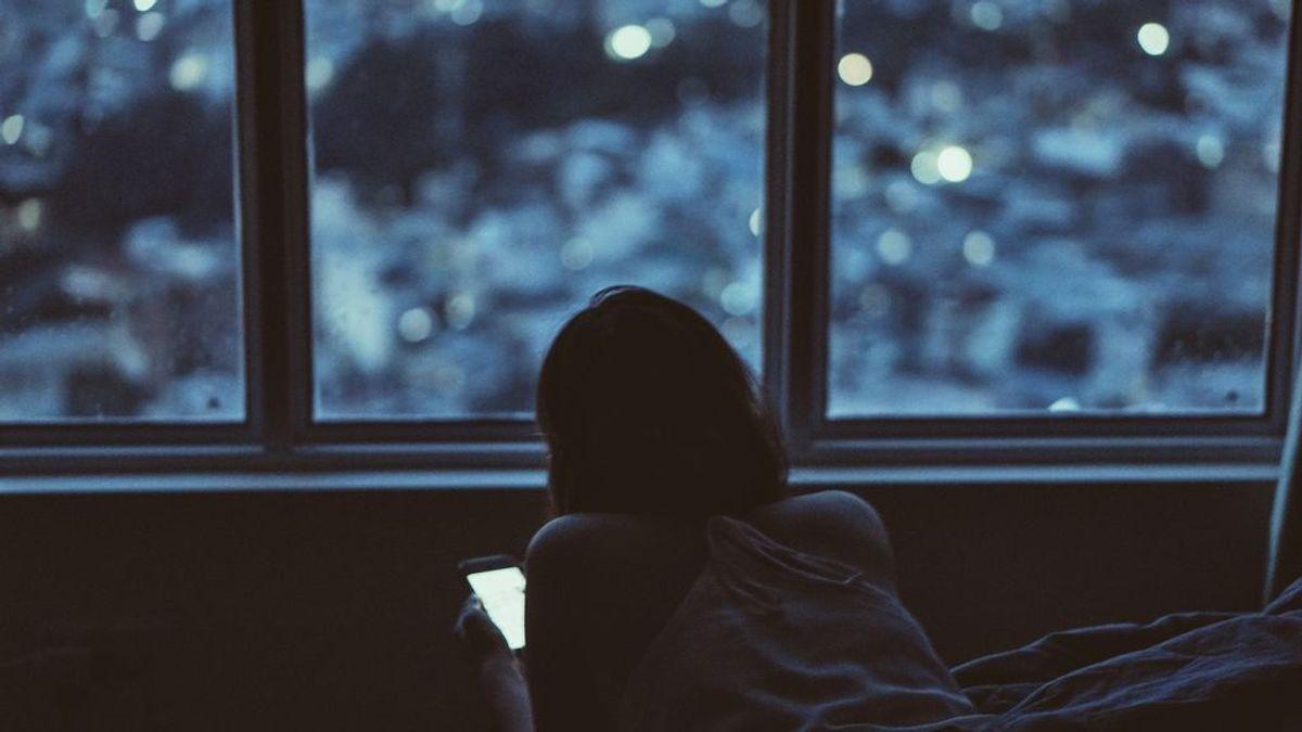 ¿Por qué se piensa que la luz azul interrumpe el sueño? Esta creencia es mentira