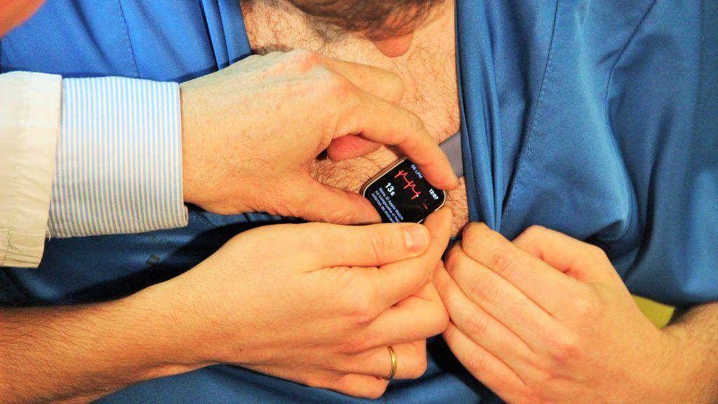 Un cardiólogo español descubre cómo hacer electrocardiogramas completos y fiables con un 'Apple Watch'