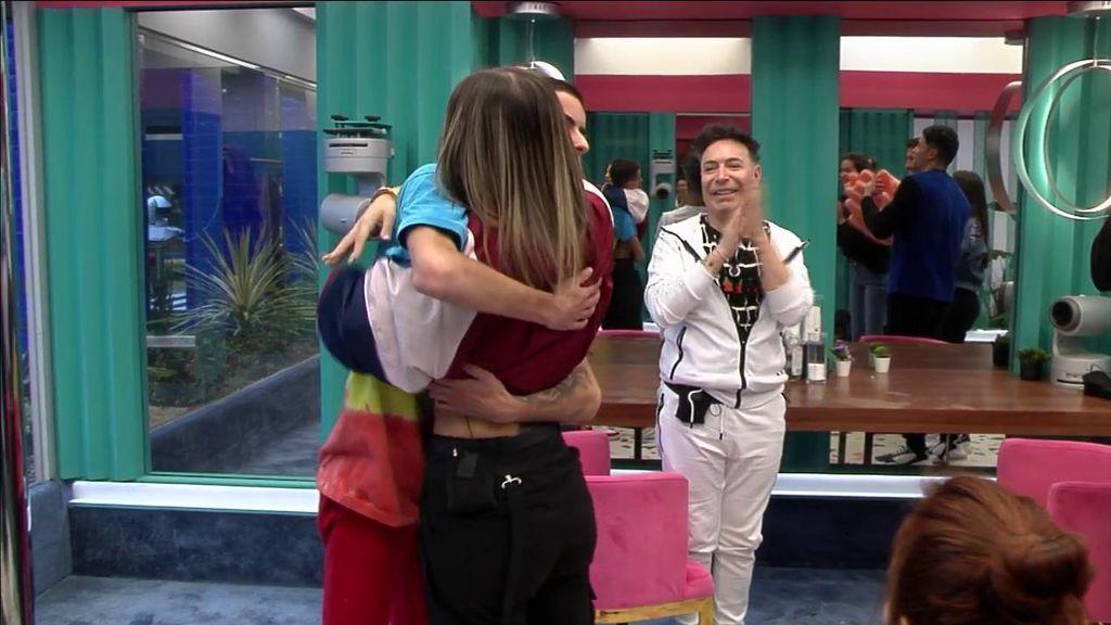 El Cejas y Nuria MH olvidan sus diferencias y firman la paz con un cálido abrazo