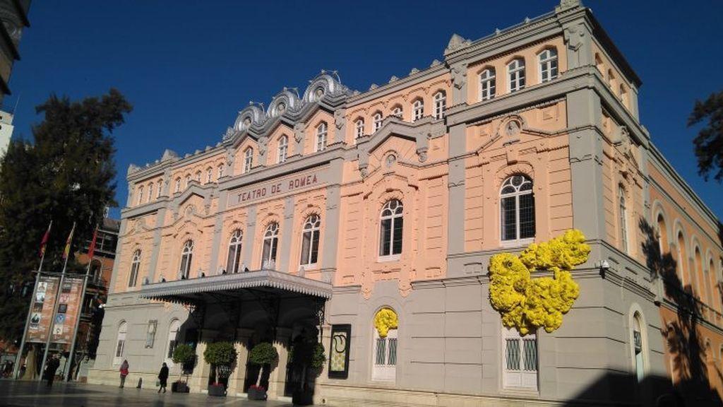 La nueva instalación en la fachada del Teatro Romea de Murcia ha sido calificada de 'estridente'