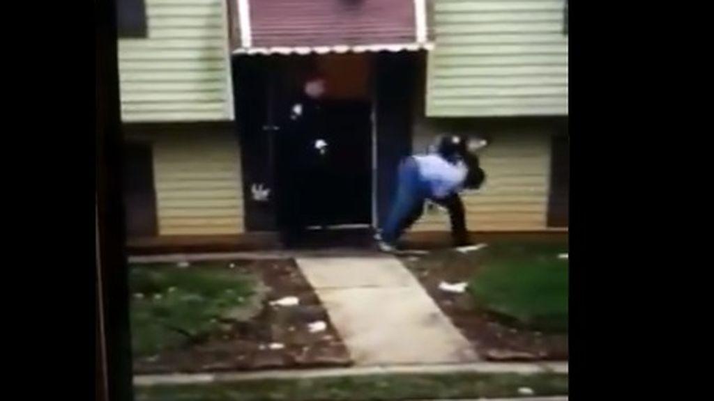 Brutalidad policial: agentes empujan y tiran al suelo a una abuela de 76 años mientras buscaban a su nieta