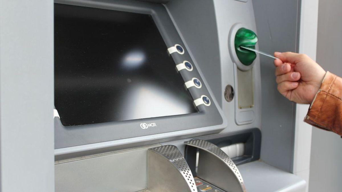 Trucos para evitar que tu banco te cobre comisiones por las tarjetas de crédito y débito